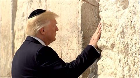 trump-praying-at-west-wall